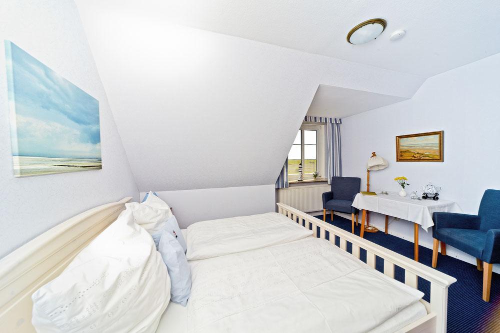 Gemütlich einladendes Bett im Doppelzimmer Gröde