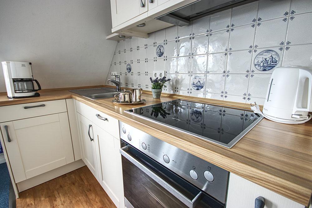 Echte Delfter Kacheln zieren die Küche in der sonnigen Ferienwohnung Süderoog.
