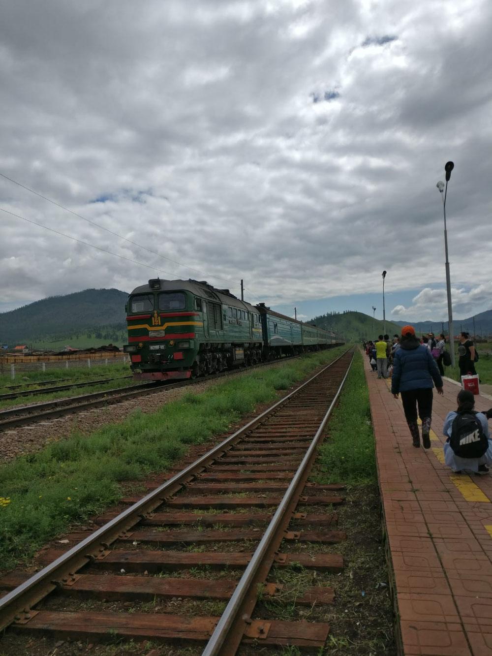 Der Zug in die Gegenrichtung kommt an
