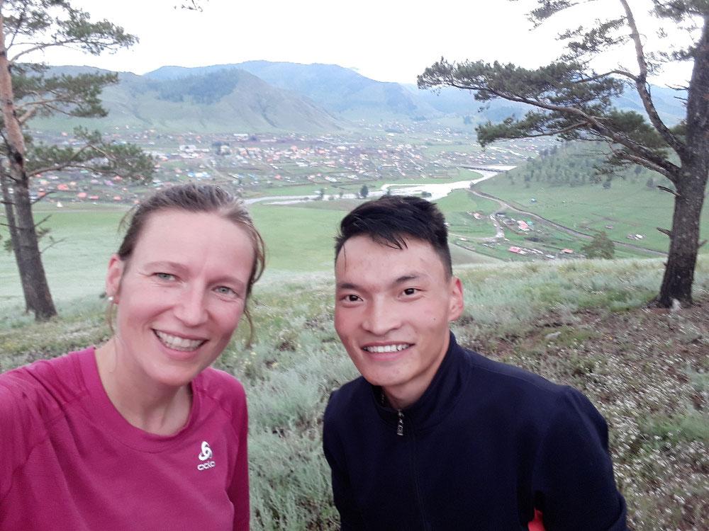 Oberhalb auf einem Gipfel bin ich mit einem Zahnmedizin Studenten gelaufen. Er hat Praktikum bei uns gemacht und den ersten Patientenkontakt in seinem Leben