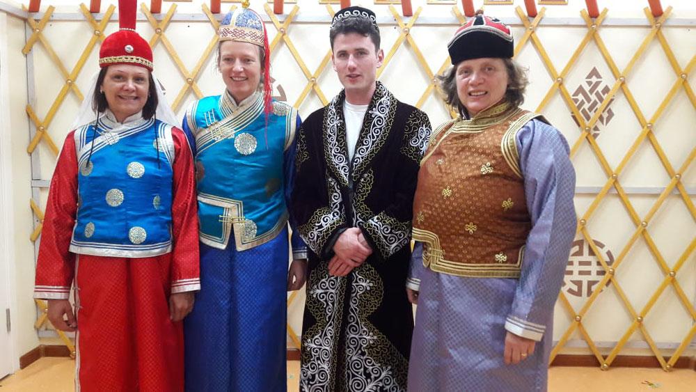 Unser Team in mongolischer Tracht