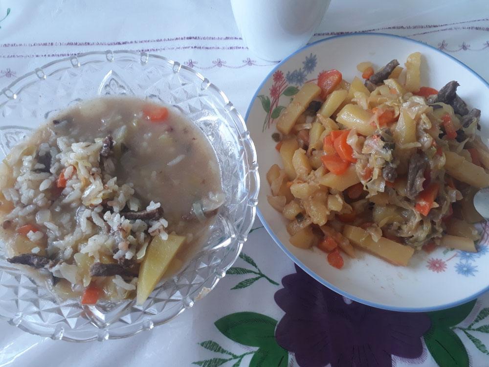 Mittagessen : links Vorspeise (Reis mit Rind), rechts Hauptgang (Kartoffeln mit Rind)