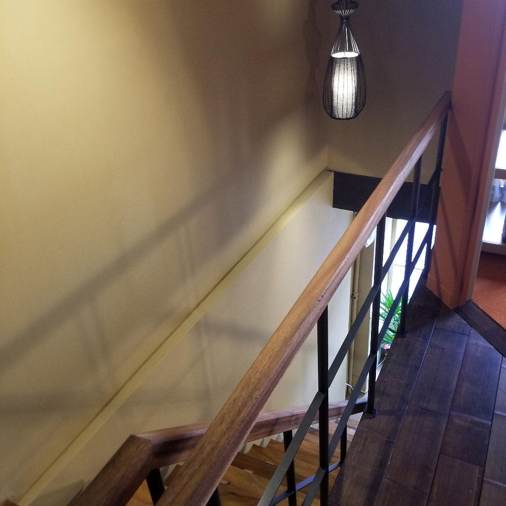 一枚板の階段にオシャレな照明
