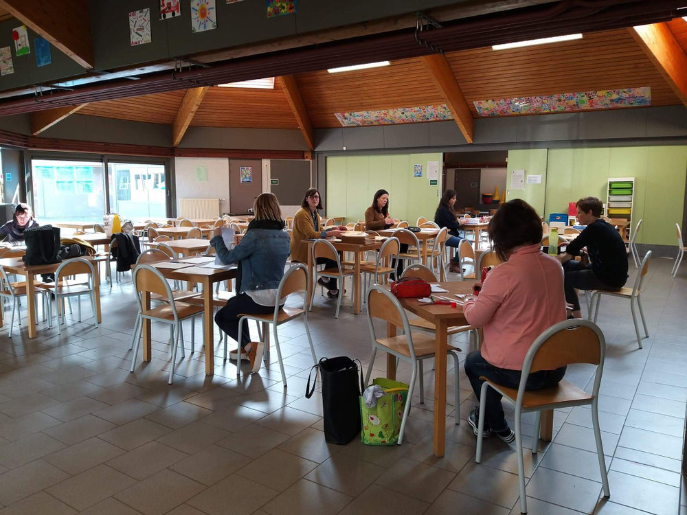 Les institutrices préparent les courriers aux élèves.