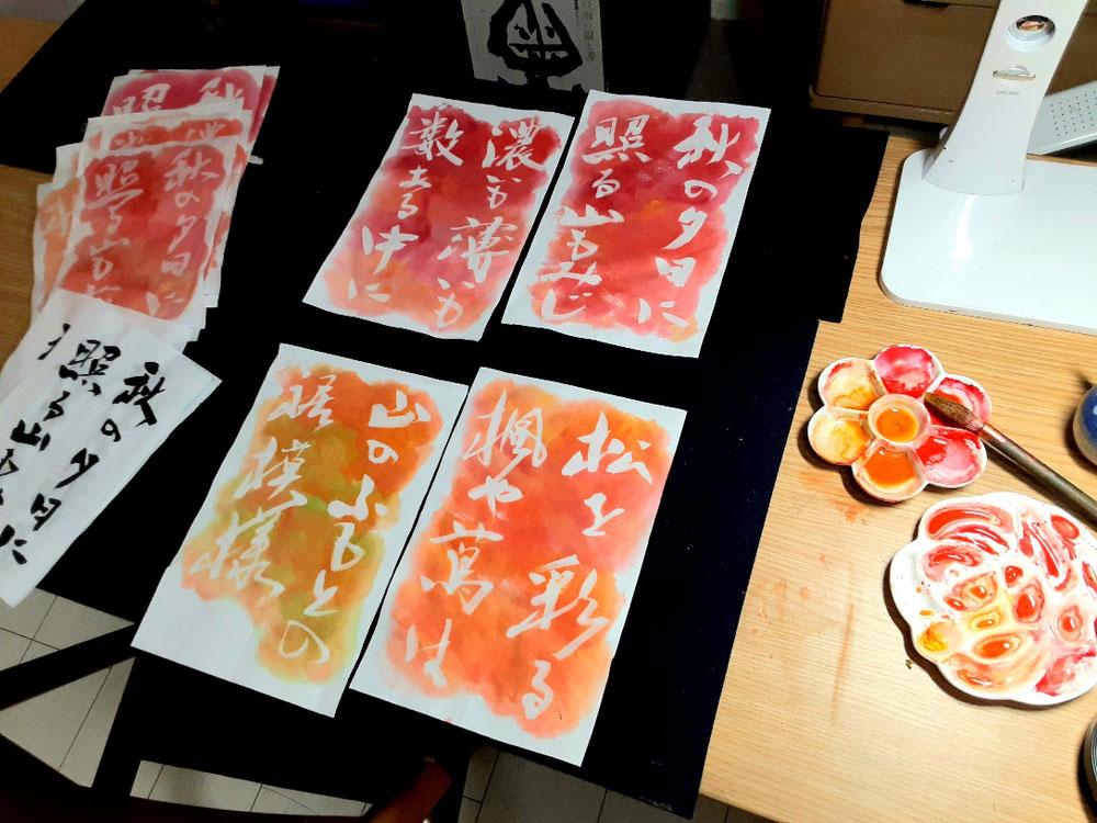 制作風景。絵皿も鮮やかになっています。