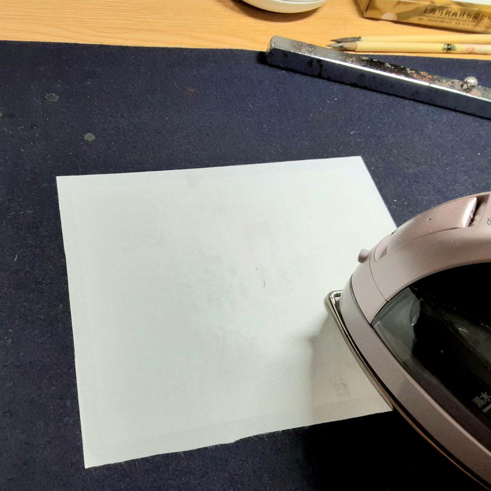 裏打ちをしています。アイロンで紙を接着させます