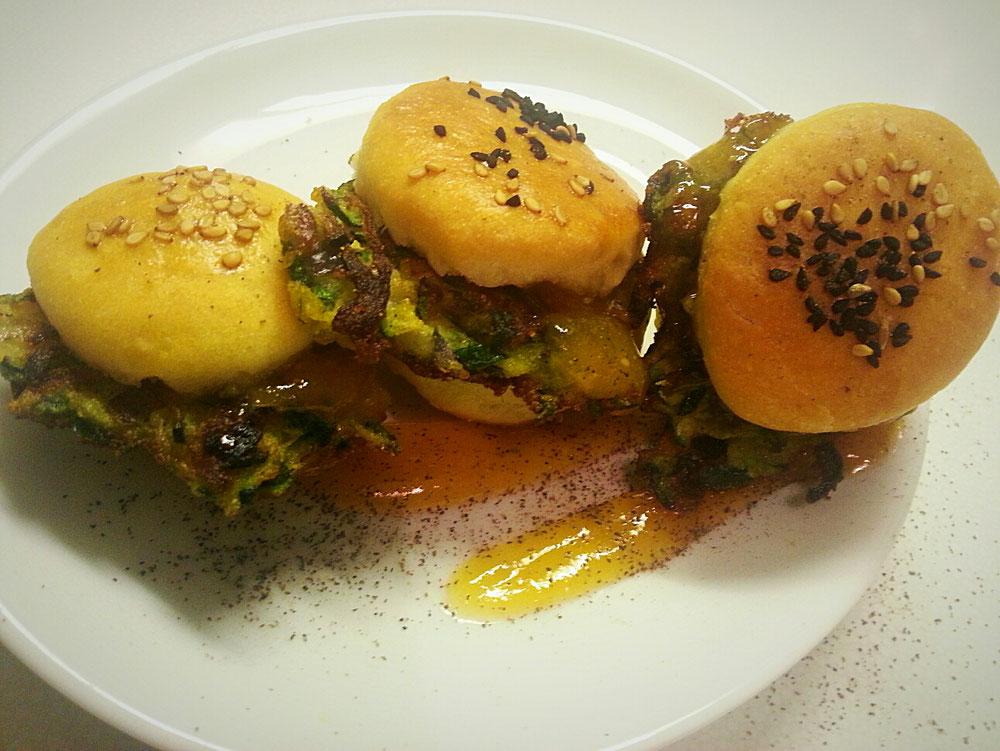 Zucchinipuffer im mini Brötchen mit einem Aprikosen-Ingwer Knoblauch Dip