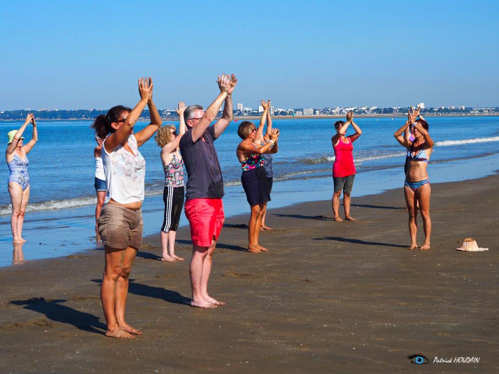 Séance de Niam yoga sur la plage de St Brevin cet été. Photographe Patrick HOUDAIN.