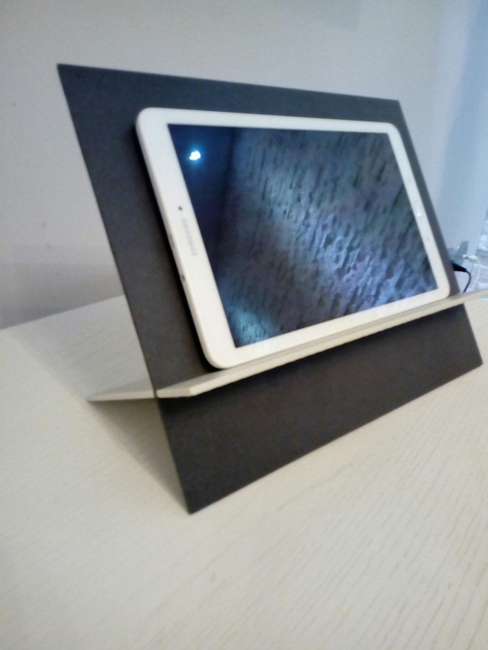 Porta tablet realizzato con piastrella a basso spessore