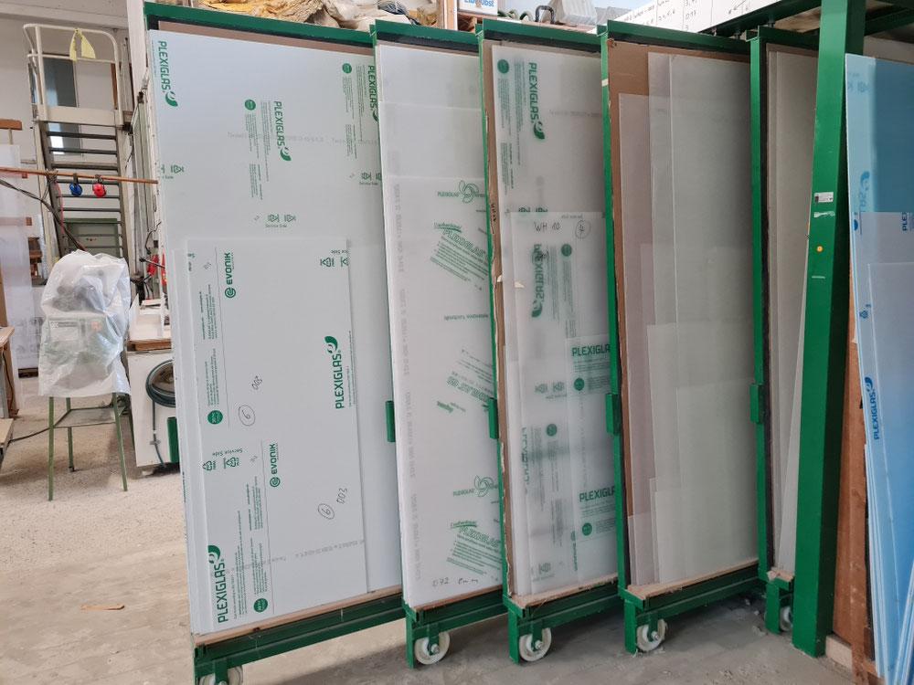 Weiße und transparente Plexiglas Platten