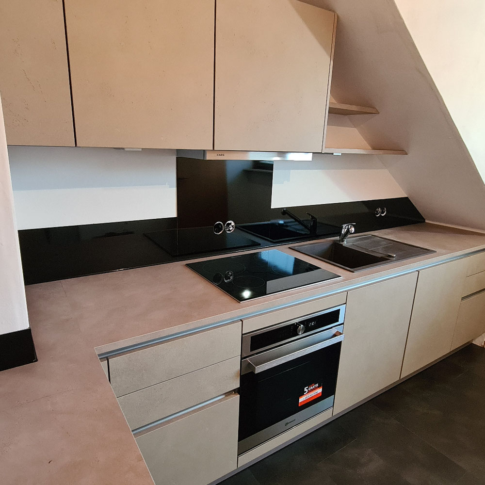 Schwarze Küchenrückwand aus Plexiglas (weitere Farben auf Lager)