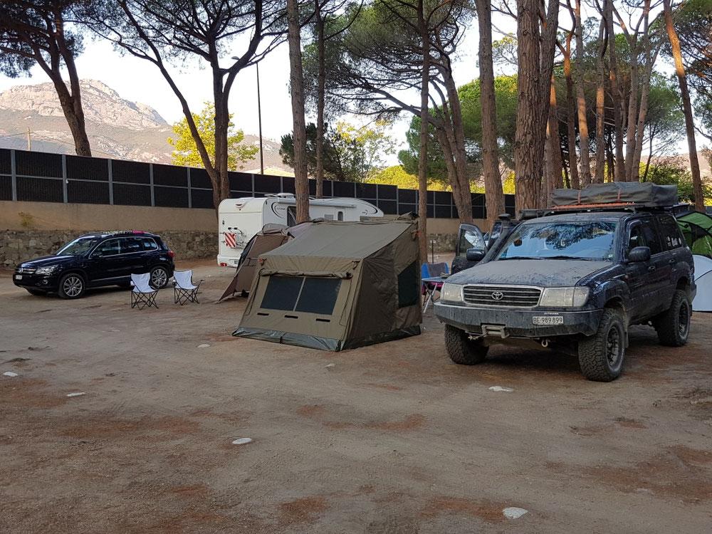 Äs Tröimli vom nä Camping. Böim u nä Schallschutzwand mit kiffendä Jugendlächä aus Nachbarä...