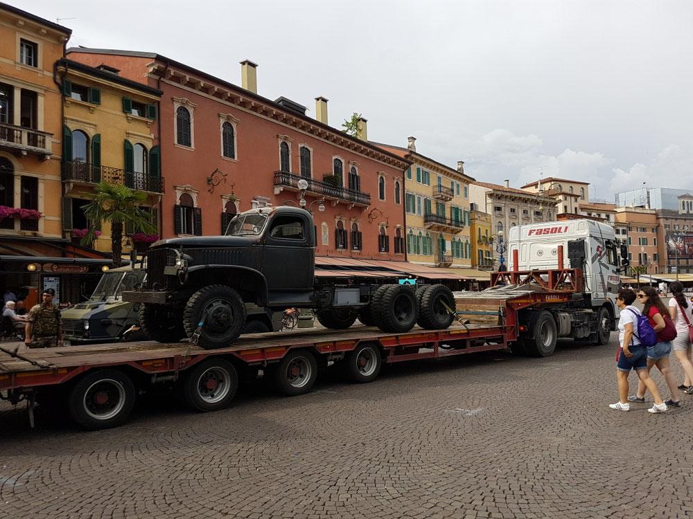 😎 nättä Truck wo zum Colosseo gliferet wird. Offäbar Bühnämaterial für näs Theater...