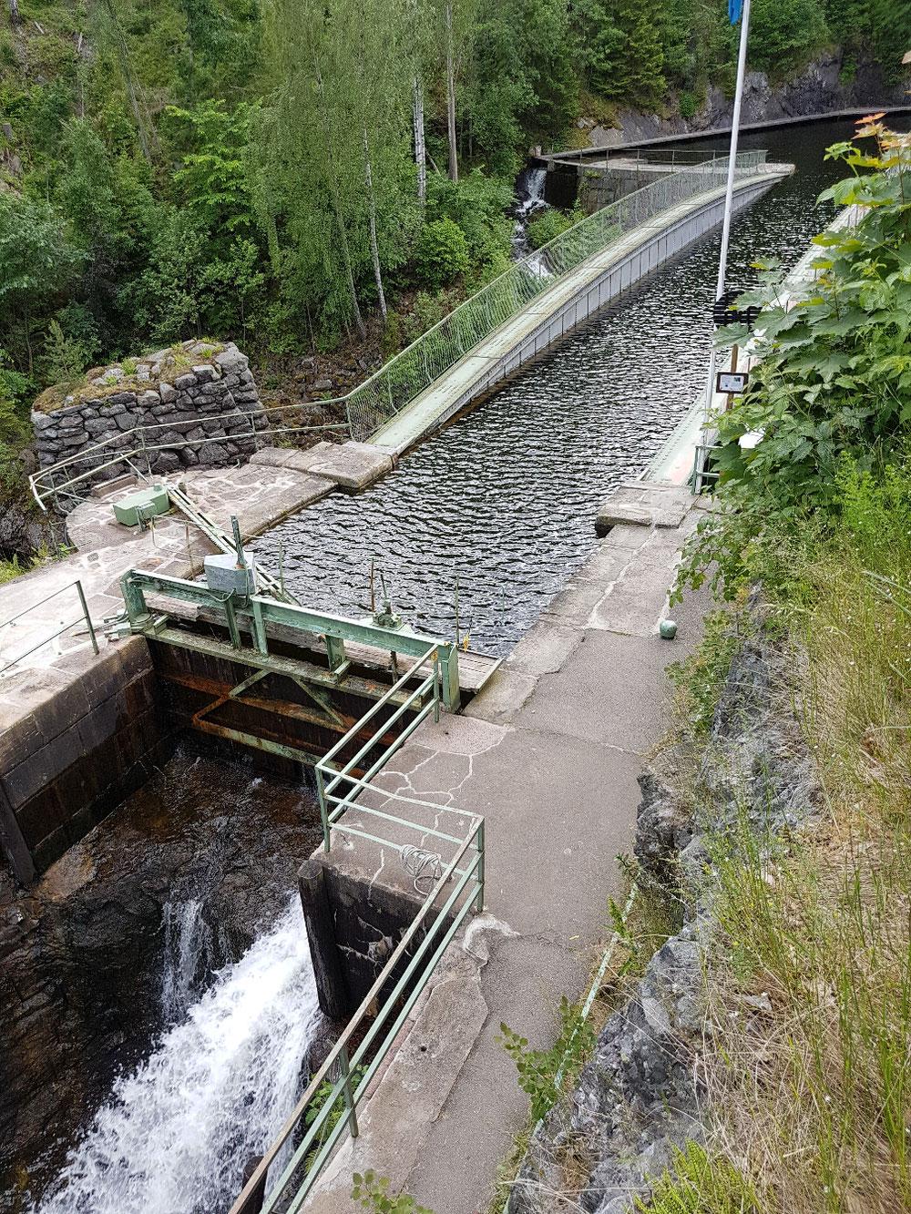 Uf der Durchfahrt si mir äs Akquidukt ga aluägä. Äs Schleusäsystem mit künschtlächem Wasserkanal u Isäbahnliniä und Outobrügg.
