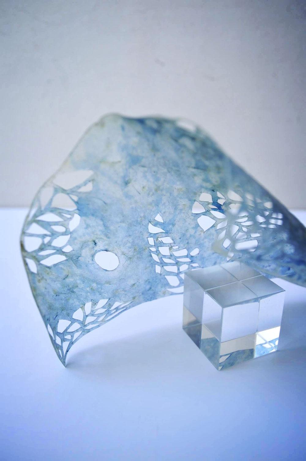 群青色に淡く揺れる 半透明の革