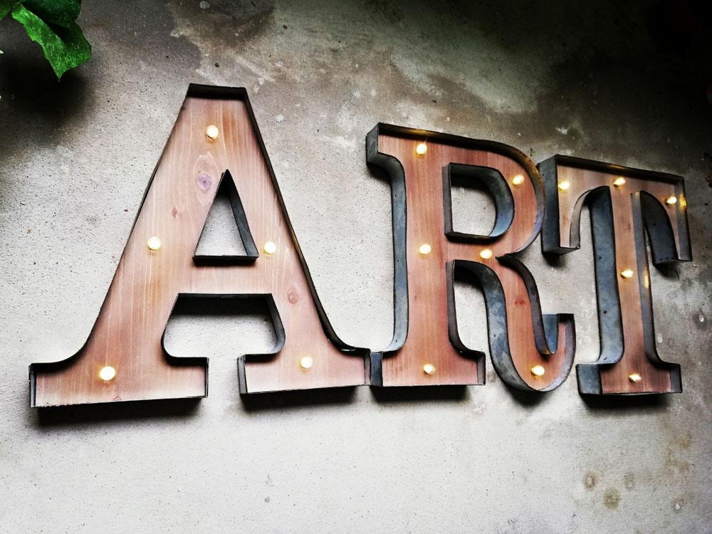 Led Marquee Buchstaben im vintage design leuchtletters als Wanddekoration für Bars in der Schweiz wie Zürich Cafés in Bern oder Restaurants in Luzern