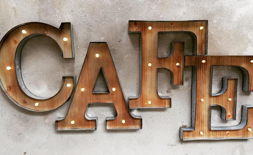 Led Marquee Leuchtobjekt aus rusty Metall und holz als rustikale Leuchtbuchstaben im scandic design für ein Cafe, bars, boutiquen und barbershops in der Schweiz