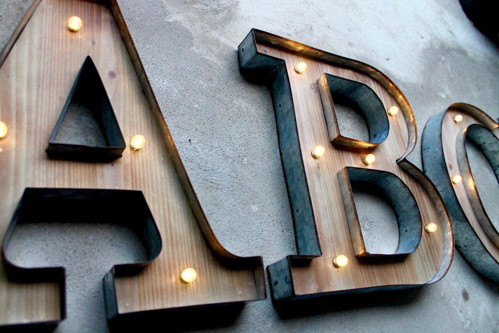 Leuchtbuchstaben LED beleuchtete Buchstaben Neonschrift Reklame Vintage Holzbuchstaben Metallbuchstaben LED Lichter Theater Schrift Reklame Retro Nostalgie.