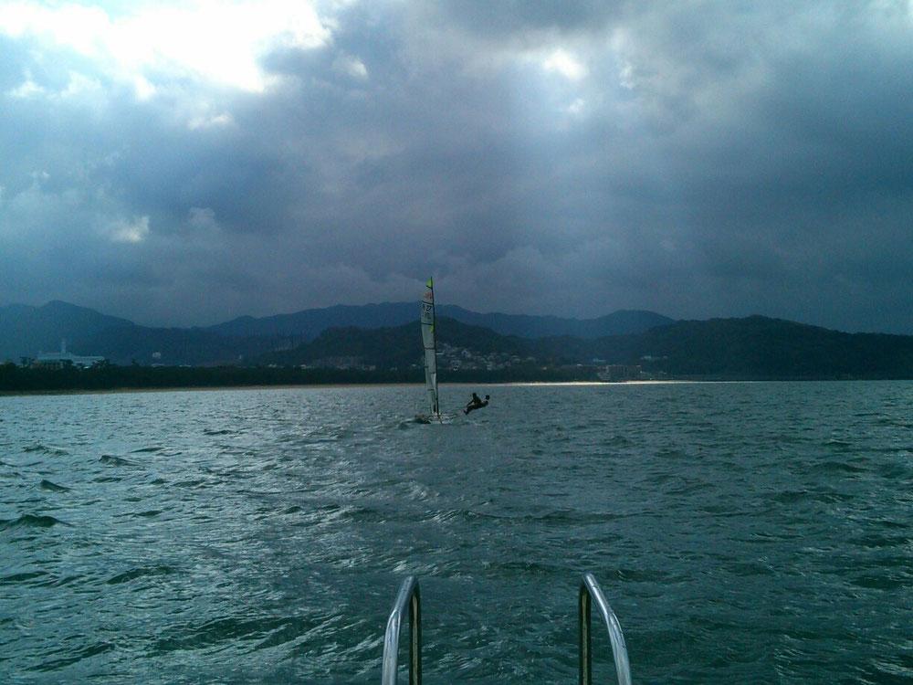 ↑レスキュー艇で49erを追いかける。速い!
