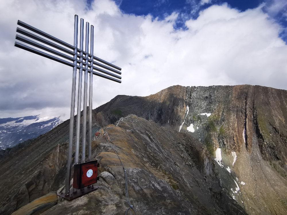 Am Gipfel der Roten Säule, im Hintergrund die Kreuzspitze