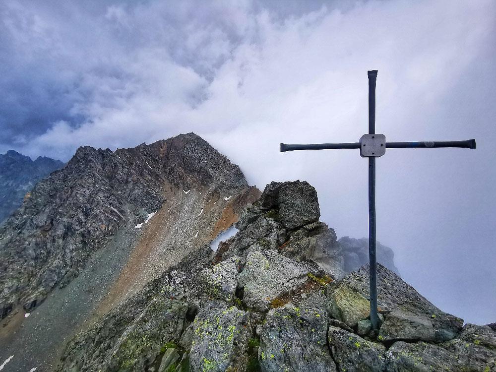 Am Gipfel des Rauhkopf, im Hintergrund der Säulkopf