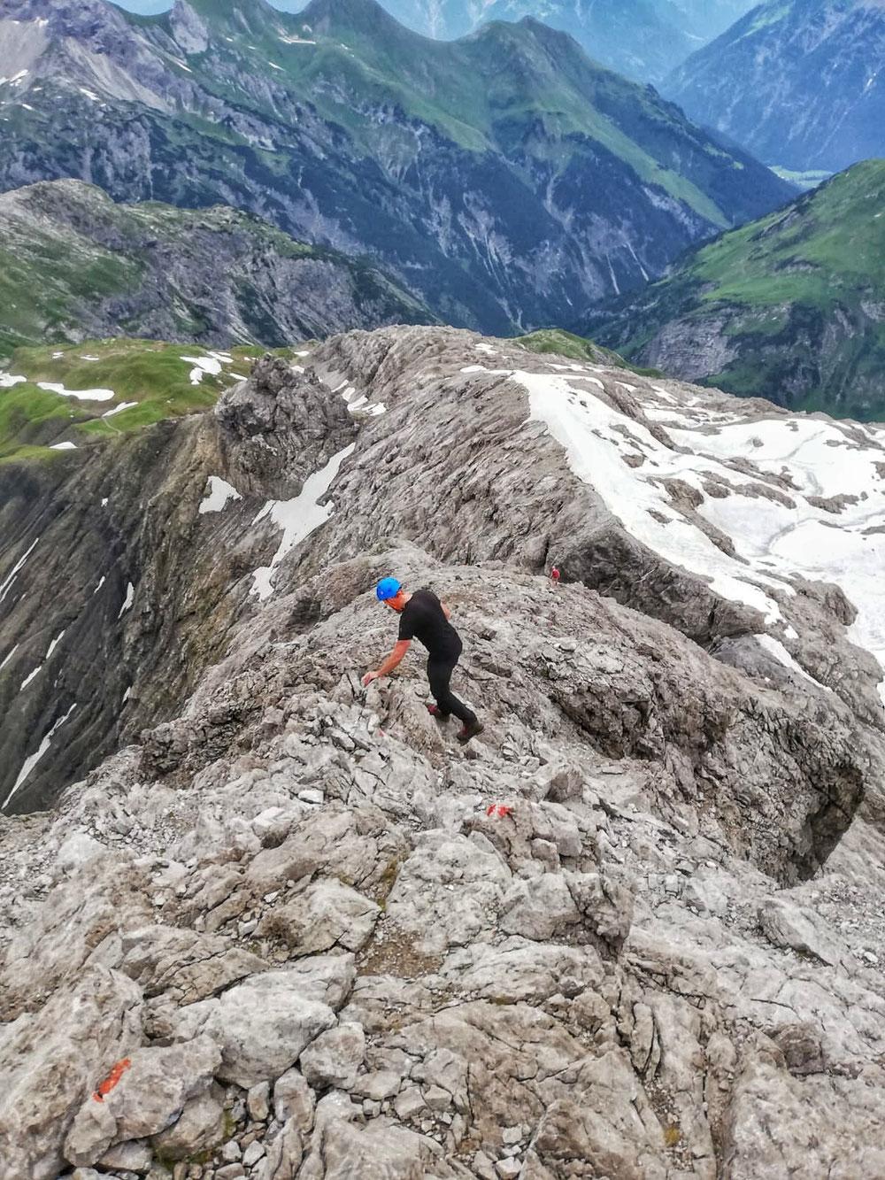 Auf dem Gipfelgrat geht's wieder hinunter