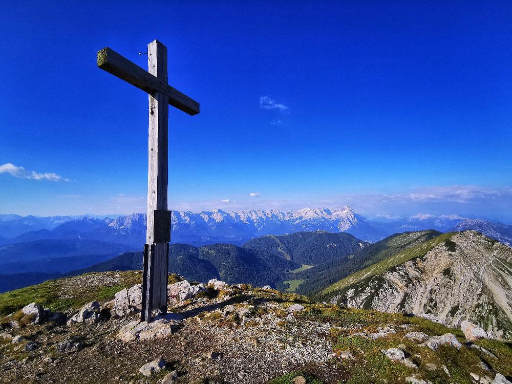Am Gipfel des Krottenkopf, im Hintergrund das Wettersteinmassiv