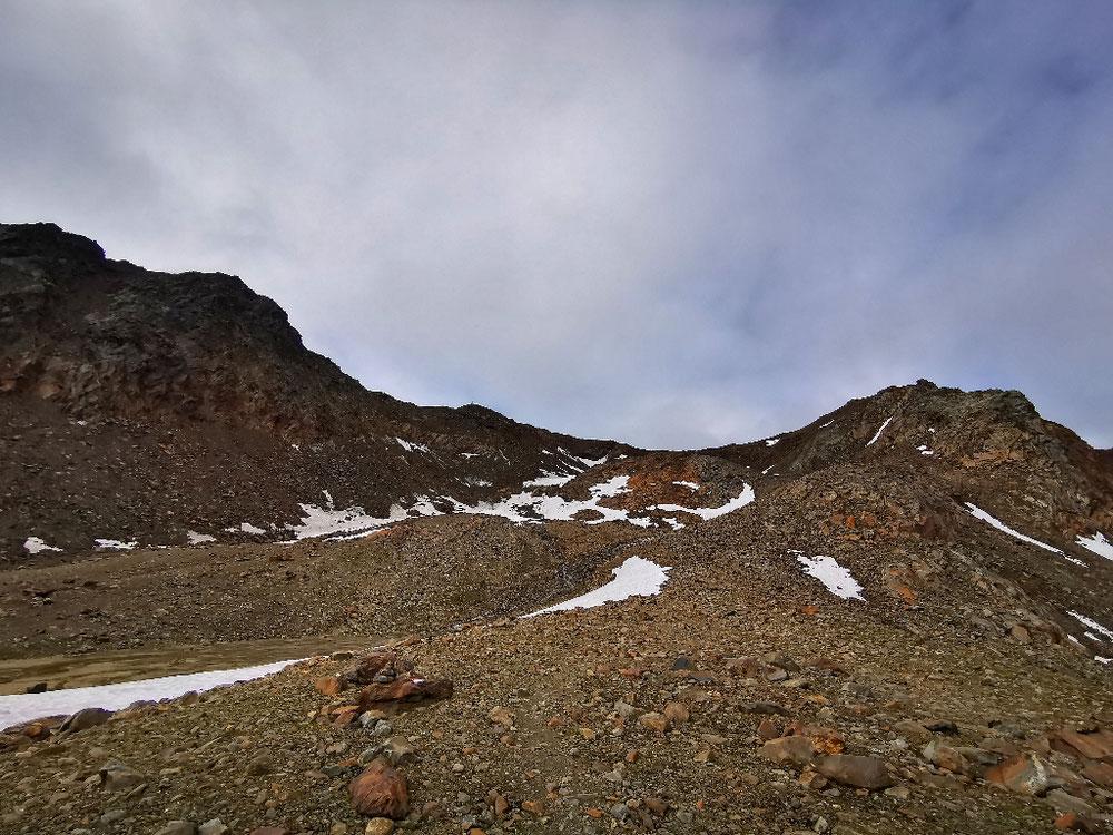 In der Bildmitte die Einsattellung zwischen den beiden Gipfeln