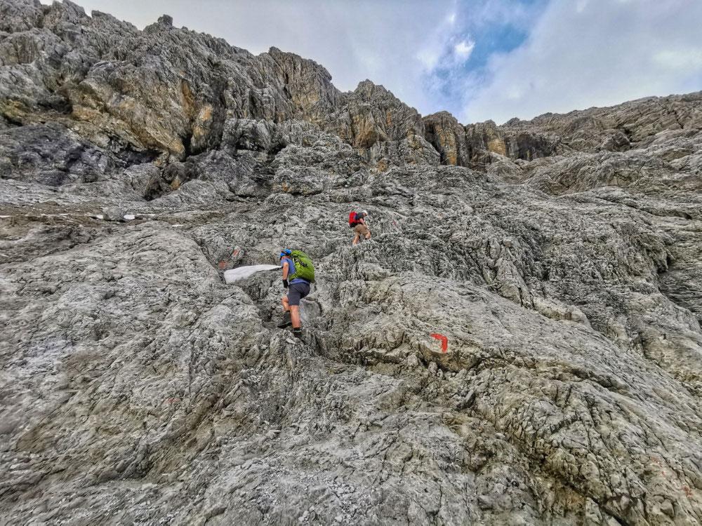 Über Felsen führt der Weg hinauf