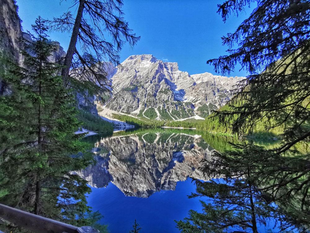 Perfekte Spiegelung des Seekofels im See