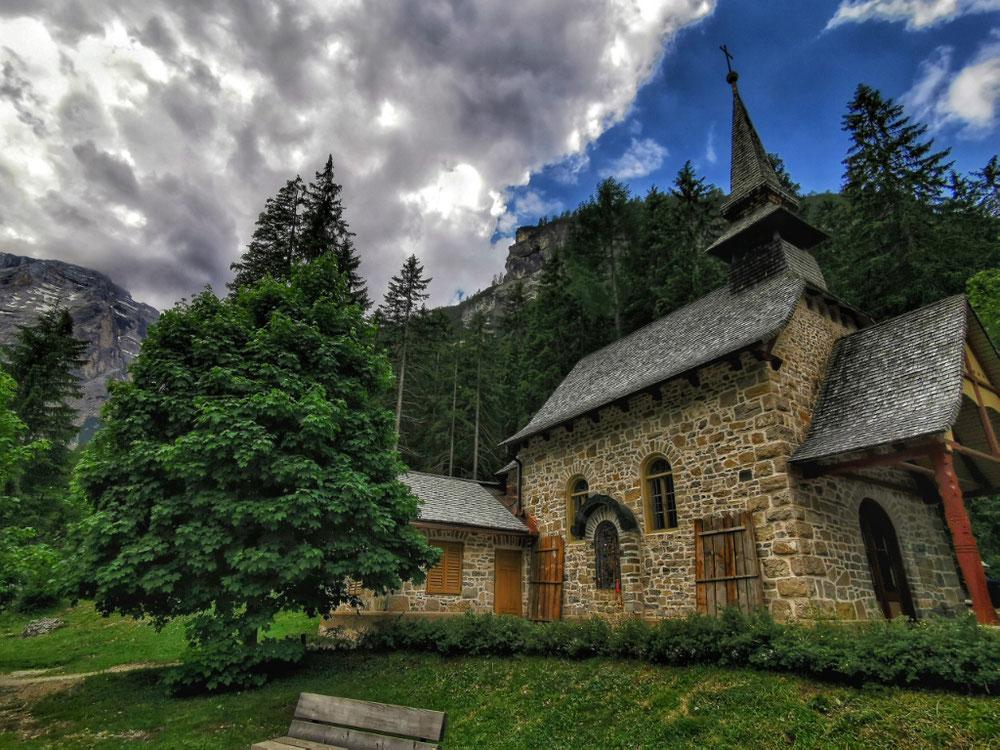 Die kleine Kapelle liegt direkt am See