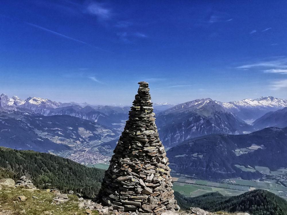 Steinpyramide am Gipfel