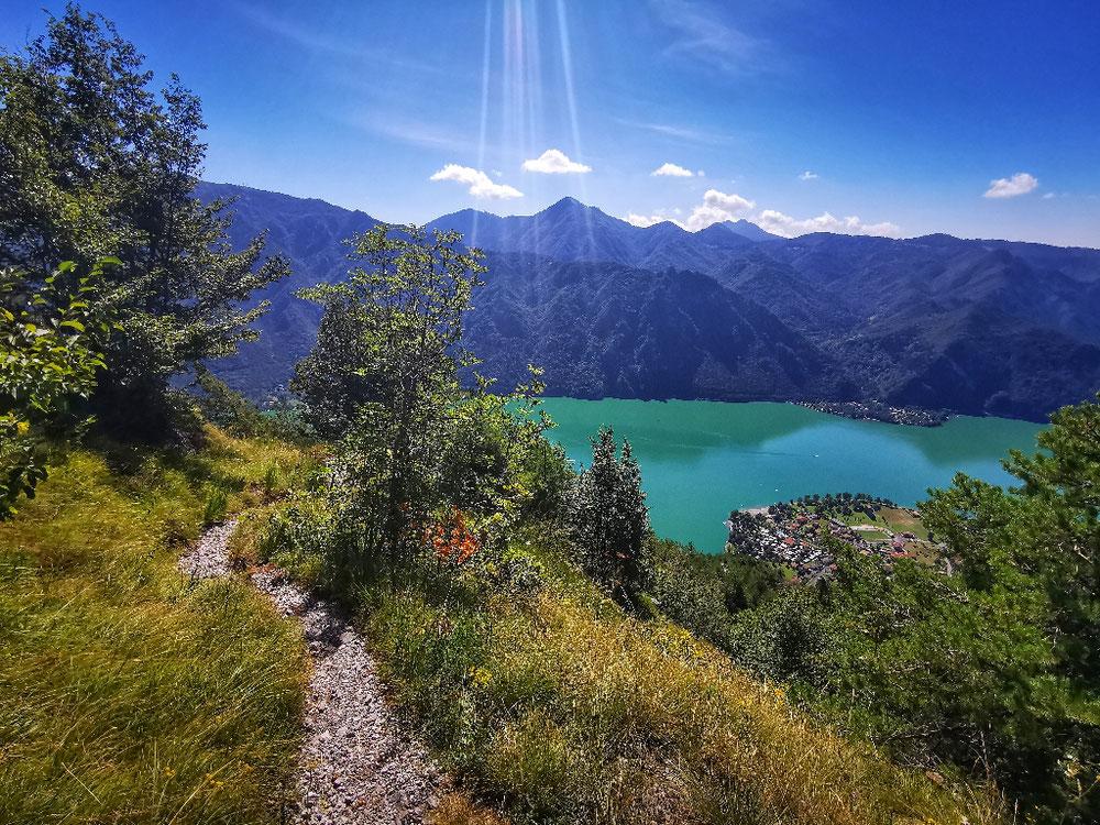 Auf tollen Bergwegen geht's hinunter nach Anfo, den Blick permanent vor Augen