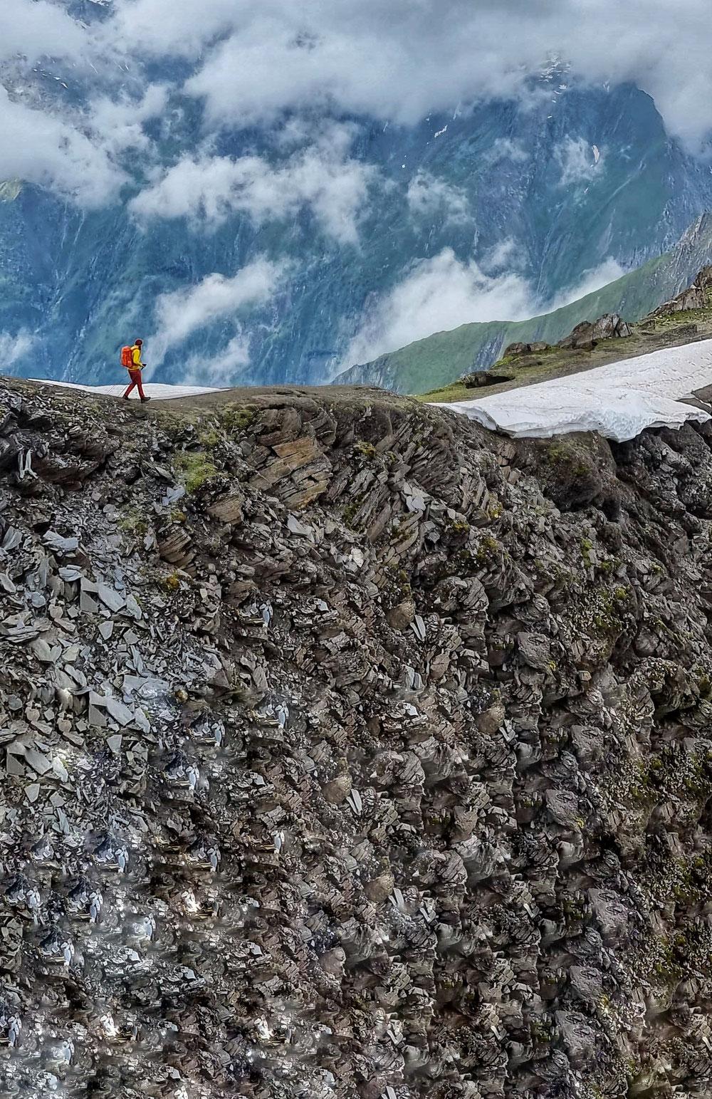 An beeindruckenden Abbrüchen führt der Weg Richtung Sajathütte