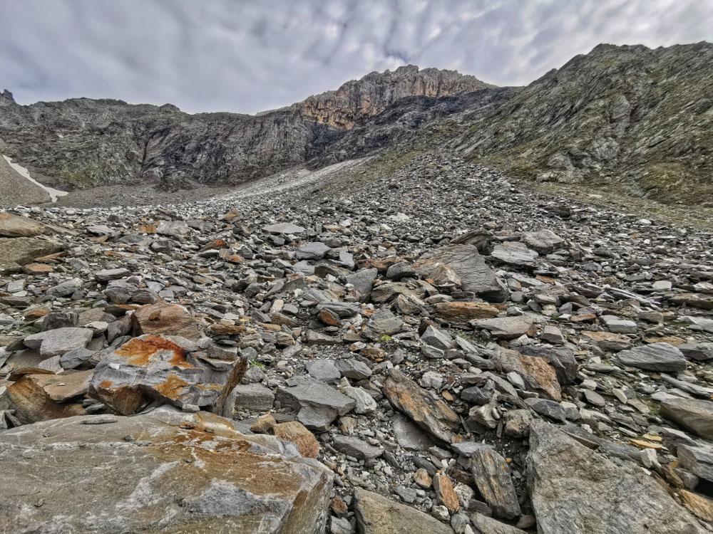Oben rechts der Gipfel, immer noch 500 Höhenmeter entfernt