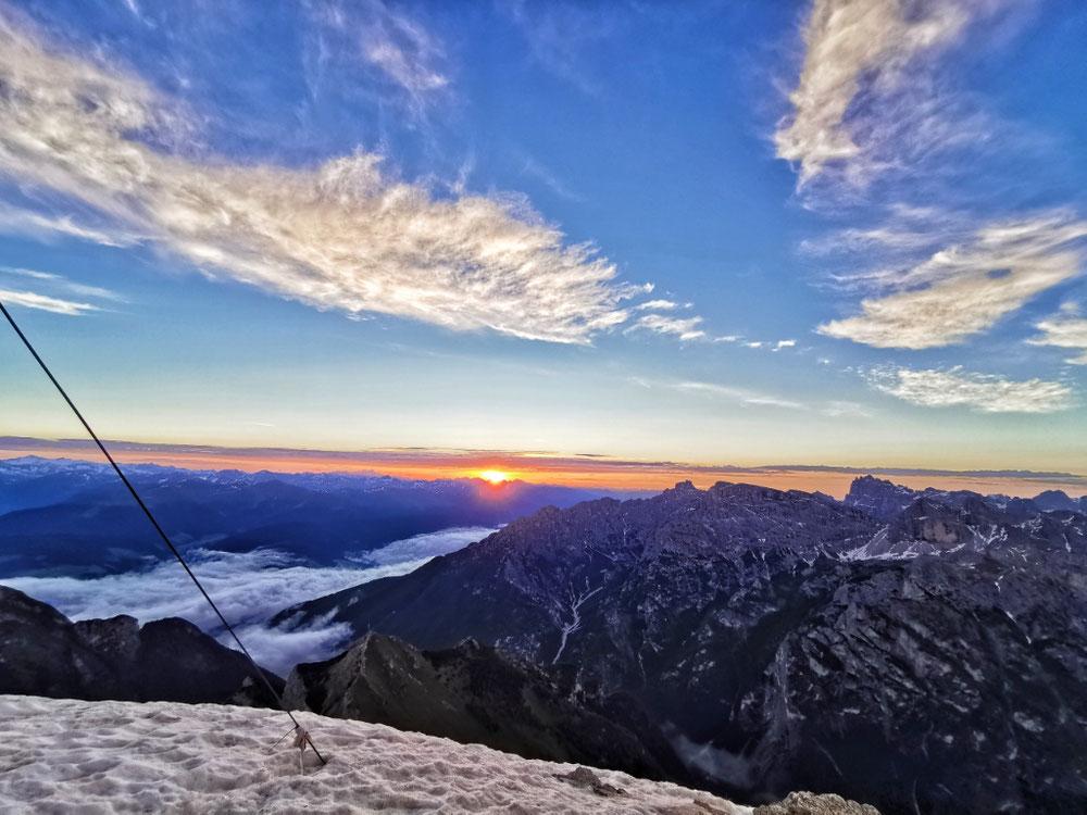 Rot steigt die Sonne hinter den Bergen auf 🌞