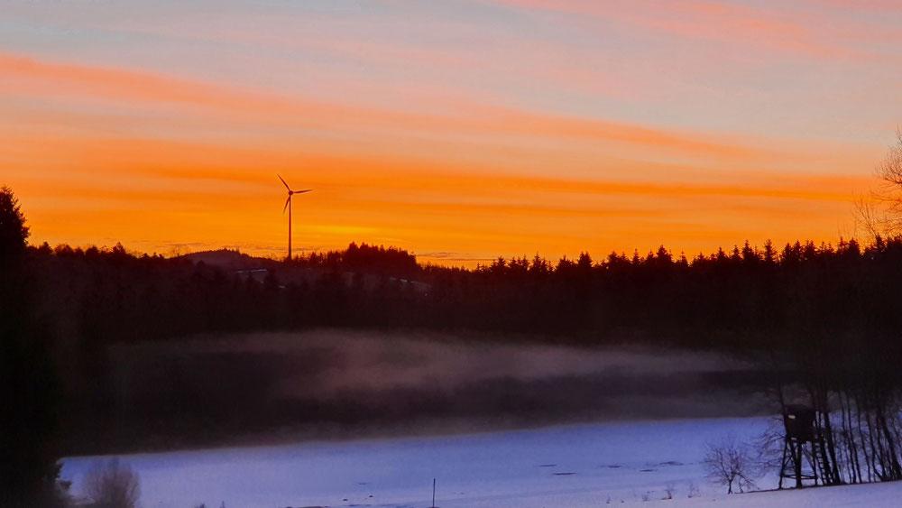 20.02.21  Blick von Sperlbrunn auf das Windrad Hirschenberg  6.45 Uhr