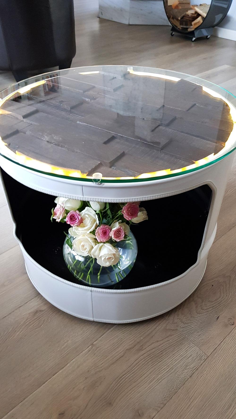 𝐶𝑜𝑢𝑐ℎ𝑡𝑖𝑠𝑐ℎ mit herausnehmbaren Holzplatte und Beleuchtung, abnehmbaren Glasplatte für Dekoration, Ablagemöglichkeit in der Aussparung, auf Rollen