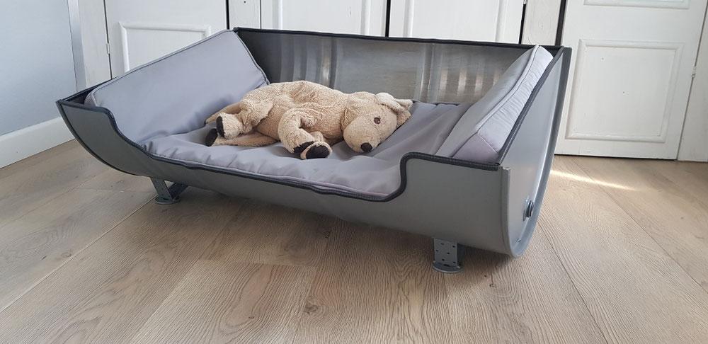Großes Hundebett (86x60) recycelt aus einem Ölfass und lackiert in edlem Grauton. Natürlich ist die Farbe nach Wunsch wählbar