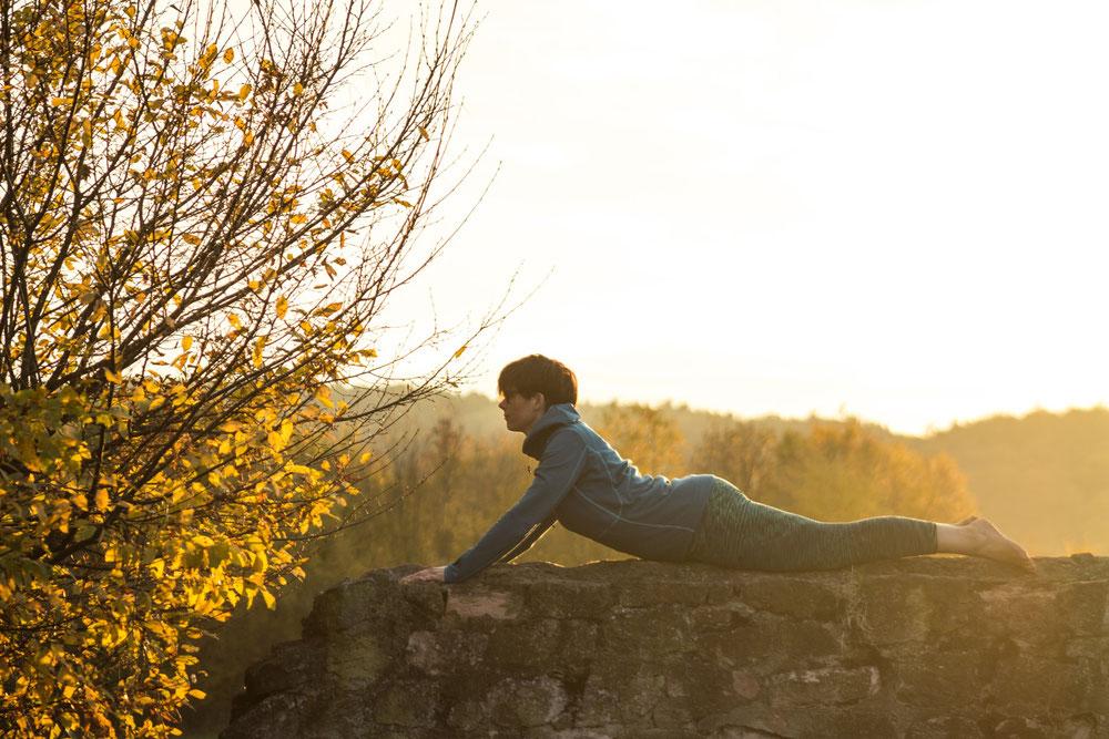 Yoga im Odenwald. Yogaübungen im Freien an der Haselburg
