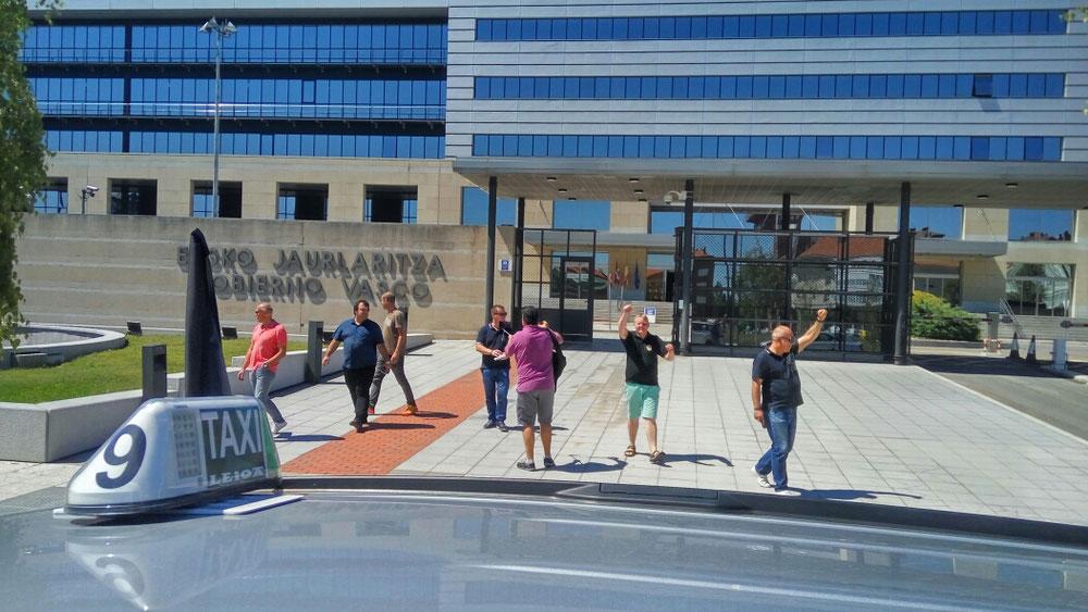 A la salida del gobierno Vasco en Vitoria