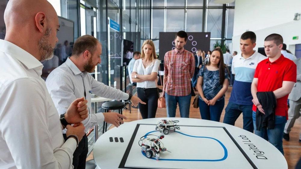 تُظهر التطورات المتسارعة مدى الحاجة لتنظيم دورات المهارات الرقمية، حيث تتقدم مجالات التكنولوجيا الرئيسية مثل الذكاء الاصطناعي والروبوتات وتطوير التطبيقات بوتيرة سريعة، ما قد يجعل من الصعب ضمان النقل الفعال للكفاءات إلى القوى العاملة الناشئة
