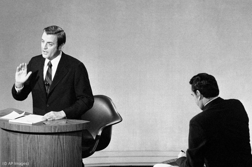السناتور والتر مونديل، المرشح الديمقراطي لمنصب نائب الرئيس، إلى اليسار، والسناتور روبرت دول، المرشح الجمهوري لمنصب نائب الرئيس، في مناظرة في تشرين الأول/أكتوبر 1976. (© AP Images)