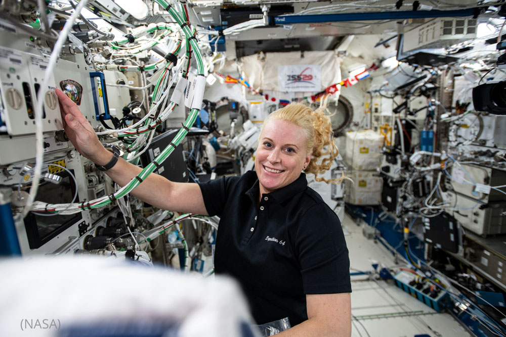 """تعمل رائدة فضاء ومهندسة البعثة الفضائية من وكالة ناسا كيت روبينز البالغة من العمر 64 عاما على أجهزة البحث داخل وحدة مختبر """"كيبو"""" التابع لوكالة استكشاف الفضاء اليابانية. (NASA)"""