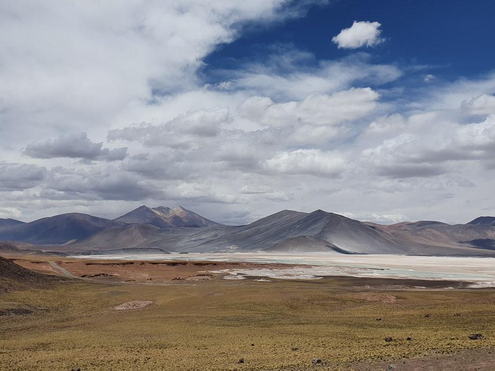Salzsee vor Bergen aus vulkanischem Gestein - wie Island, nur mit Flamingos