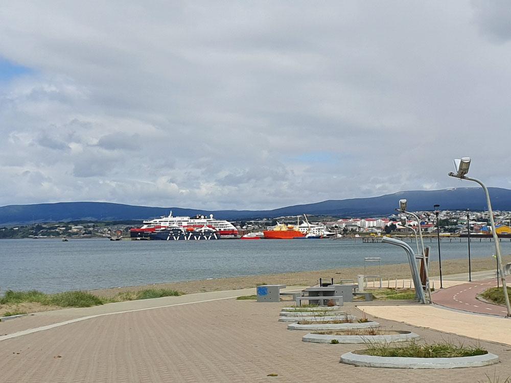Der Hafen von Punta Arenas und die MS Roald Armundsen