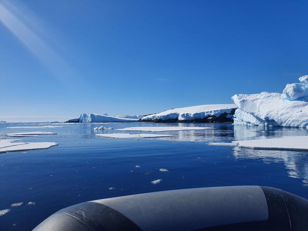 Wir fahren zur Forschungsstation Vernadsky, vorbei an wunderschönen Eisbergen