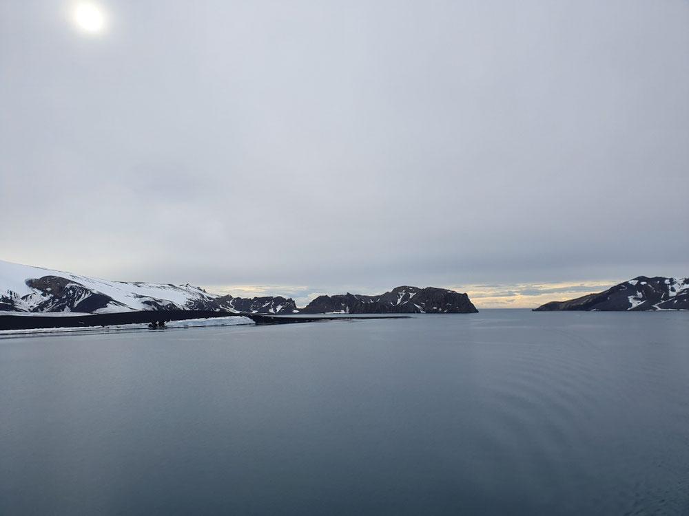 Jetzt sind wir in der Caldera, 11 km Durchmesser hat die Insel, bevor er eingestürzt ist, war der Vulkan wohl um die 3000 m hoch