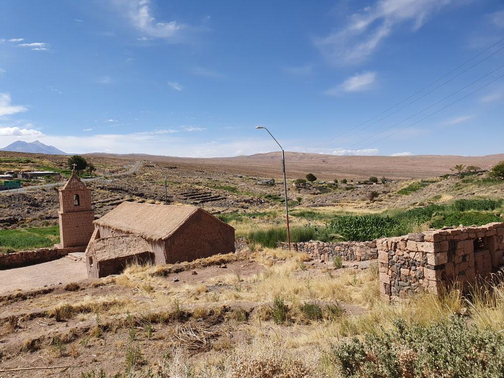 Alte Kirche und (verlassene) Terassen - vor der Zeit der Minen haben die Leute hauptsächlich vom Obst- und Gemüseanbau gelebt