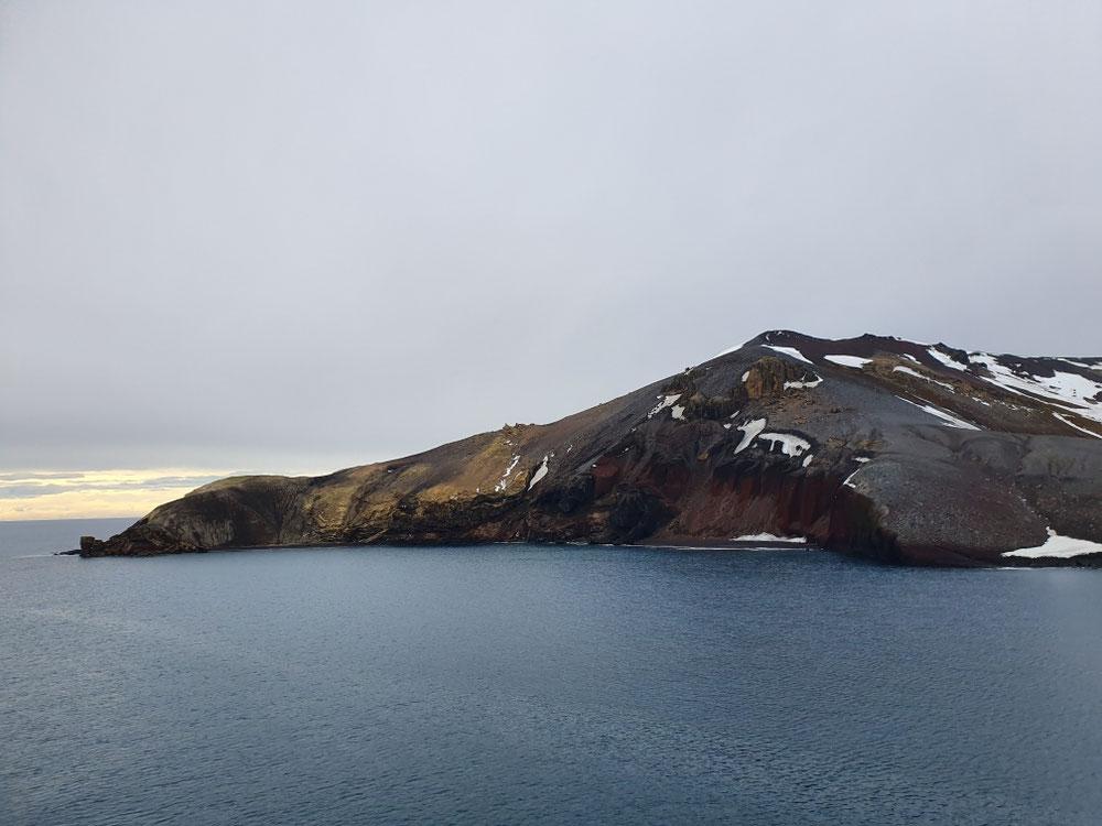 Auf der anderen Seite kann man die vulkanischen Schichten und sogar einen alten Schlot erkennen